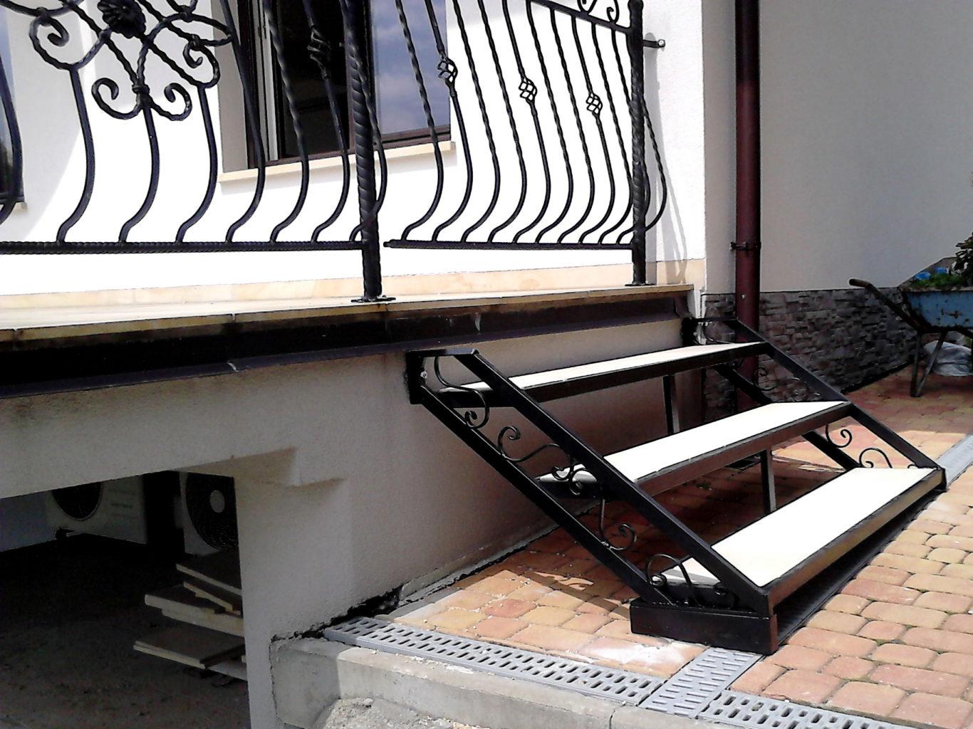 Drewniane schody metalowa konstrukcja